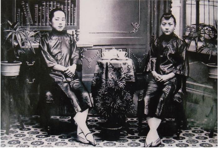 民国富裕家庭女士穿着香云纱服装