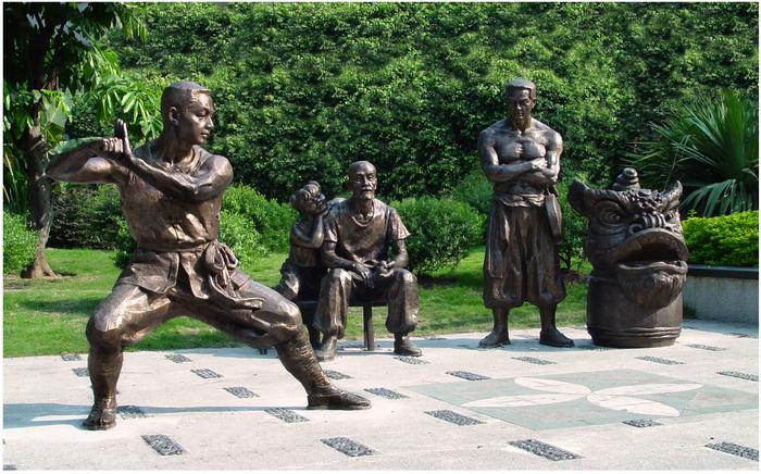 古镇情怀系列雕塑《男儿当自强》(佛山市艺术创作院创作)